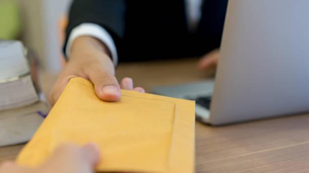 腐敗、ビジネス状況のコンセプト個室で businessman(manager) 手を与える秘密日焼けの封筒を閉じる - クラシファイド広告 ストックフォトと画像