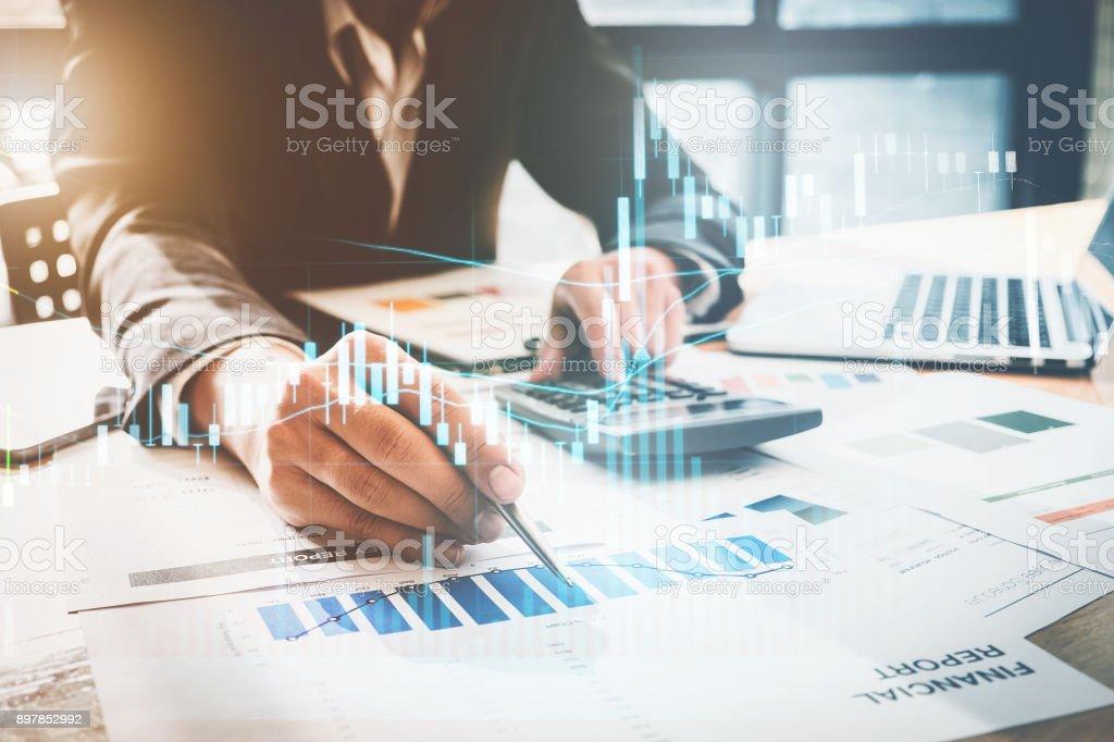 Nahaufnahme Geschäftsmann Hand mit Stift und deutete auf Finanzen Papierkram und mithilfe des Rechners für tun Mathe auf hölzernen Schreibtisch im Büro. Business-Finanzen-Konzept. – Foto