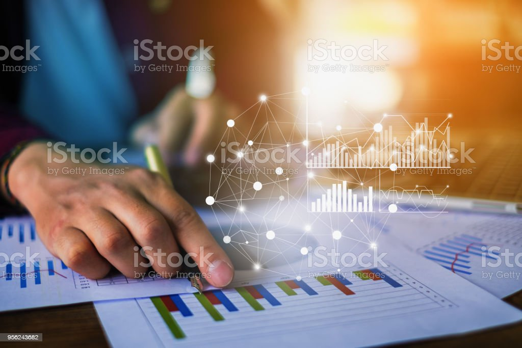 Geschäftsmann Hand halten Sie Stift und deutete auf finanzielle Papierkram mit finanziellen Netzwerkdiagramm hautnah. – Foto