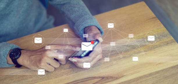 gros plan homme d'affaires main écran tactile sur smartphone appareil pour recevoir la liste électroniques non lus ou envoyez un courriel à partenaire et client, concept de technologie d'interface virtuel avec interface de réalité virtuelle - palm photos et images de collection