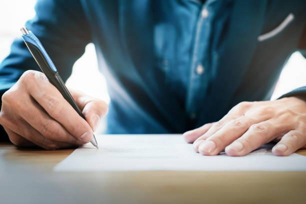 nahaufnahme der geschäftsmann unterzeichnen vertrag einen deal machen - formular ausfüllen stock-fotos und bilder