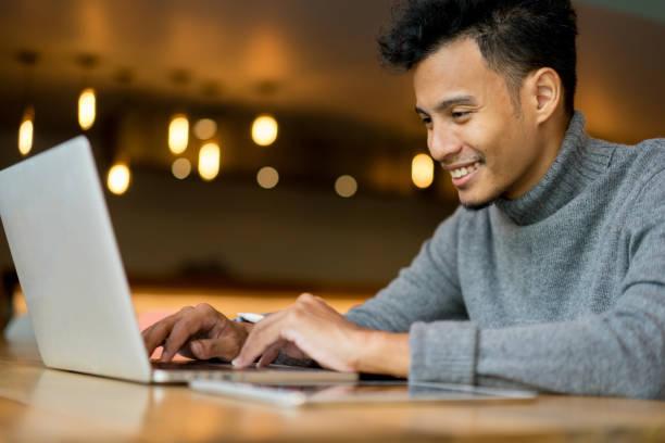 close-up empresário digitando no laptop teclado no escritório sotão para informações de dados de pesquisa e conhecimento sobre o conceito de navegador da web - college people laptop - fotografias e filmes do acervo
