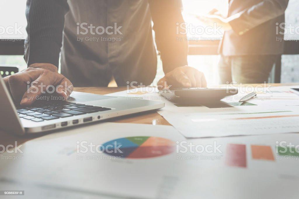 Nahaufnahme Geschäftsmann mit Rechner und Laptop für tun Mathe Finanzen auf hölzernen Schreibtisch im Büro und Geschäft arbeiten Hintergrund, Steuern, Buchhaltung, Statistiken und analytische Forschungskonzept – Foto