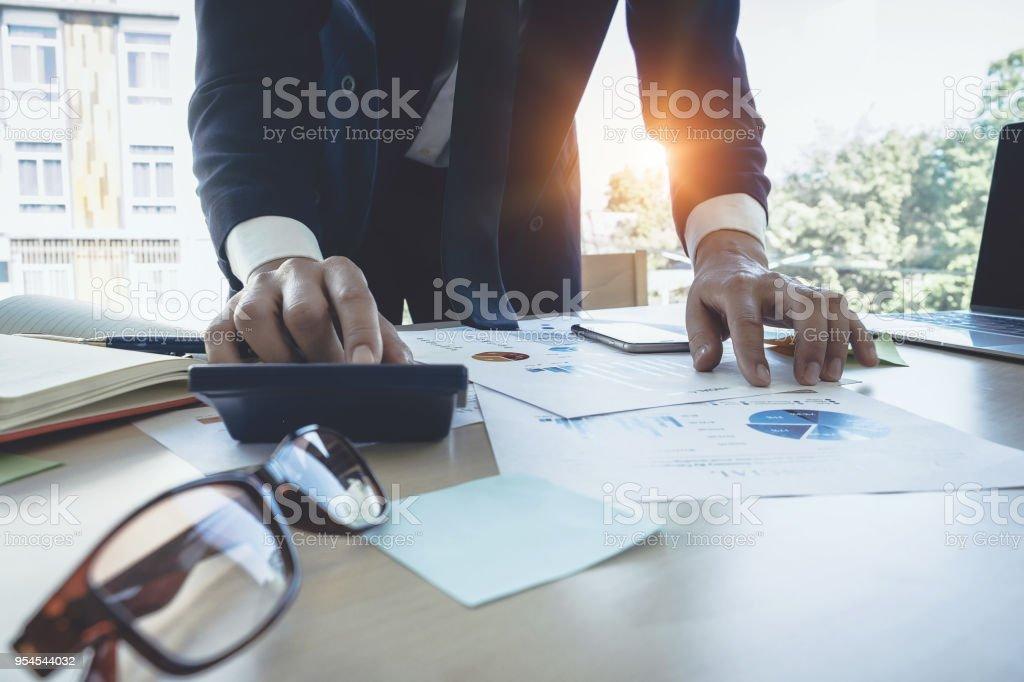 Geschäftsmann mit Rechner tun Mathe Finanzminister auf hölzernen Schreibtisch im Büro, Steuern, Buchhaltung, Statistiken und analytische Forschungskonzept hautnah – Foto