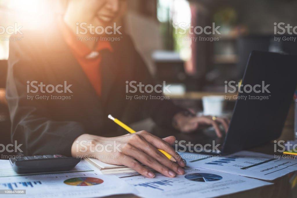 Geschäftsfrau Hand halten Sie Stift und deutete auf finanzielle Papierkram hautnah. – Foto