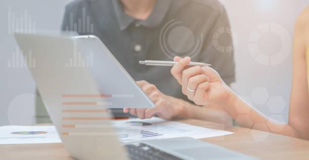 關閉女實業家手指向 tablet 墊解釋公司利潤與同事合作夥伴雙曝光統計圖表股票圖表, 商業技術概念 - 測量 個照片及圖片檔