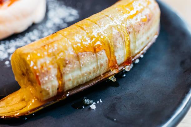 karamell banane für essen mit flauschige pfannkuchen und eis hautnah. - gebackene banane stock-fotos und bilder
