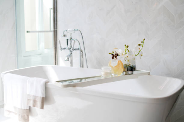 nahaufnahme chrom armatur dusche badewanne raum innenarchitektur - minimalbadezimmer stock-fotos und bilder