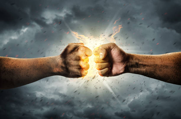 Kampf der zwei Fäuste hautnah. Konflikt-Konzept – Foto