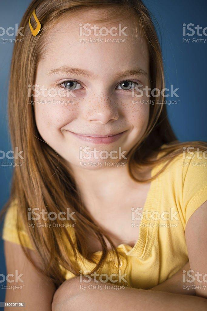 Nahaufnahme Farbe Bild Von Hübschen Roten Männlichen Kleines Mädchen ...