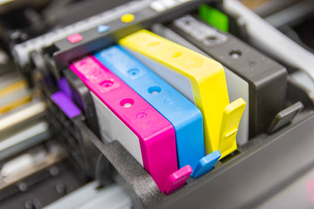 nahaufnahme der farbdrucker-tintenstrahlpatrone der druckerinjektion - munition nachfüllen stock-fotos und bilder