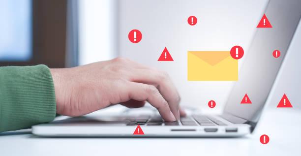 schließen sie computer-engineering schreiben programmiercode in der datenbank auf laptop-tastatur zum schutz und blockieren von spam-e-mails aus dem internet und hacker für intelligente technologie-konzept - fehlermeldung stock-fotos und bilder
