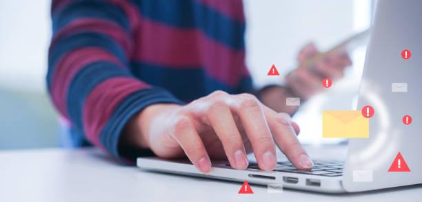 스마트 기술 개념에 대한 인터넷및 해커로부터 스팸 메일을 보호하고 차단하기 위해 노트북 키보드의 데이터베이스에 컴퓨터 공학 작성 프로그래밍 코드를 닫습니다. - 전자메일 뉴스 사진 이미지