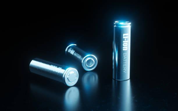 Nahles Konzept der modernen Metall-Lithium-Ionen-Batterie-Zelle, die in der elektrischen Fahrzeugbatterie in blauem Licht auf schwarzem Metall-Hintergrund verwendet wird. 3d Rendering. – Foto