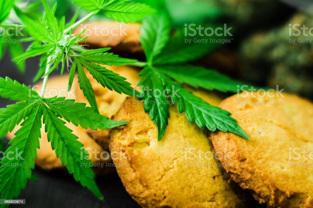 Close-up van Cookies medische marihuana voor gebruik in levensmiddelen met cannabis en toppen van marihuana op de tabl - Royalty-free Biologisch Stockfoto
