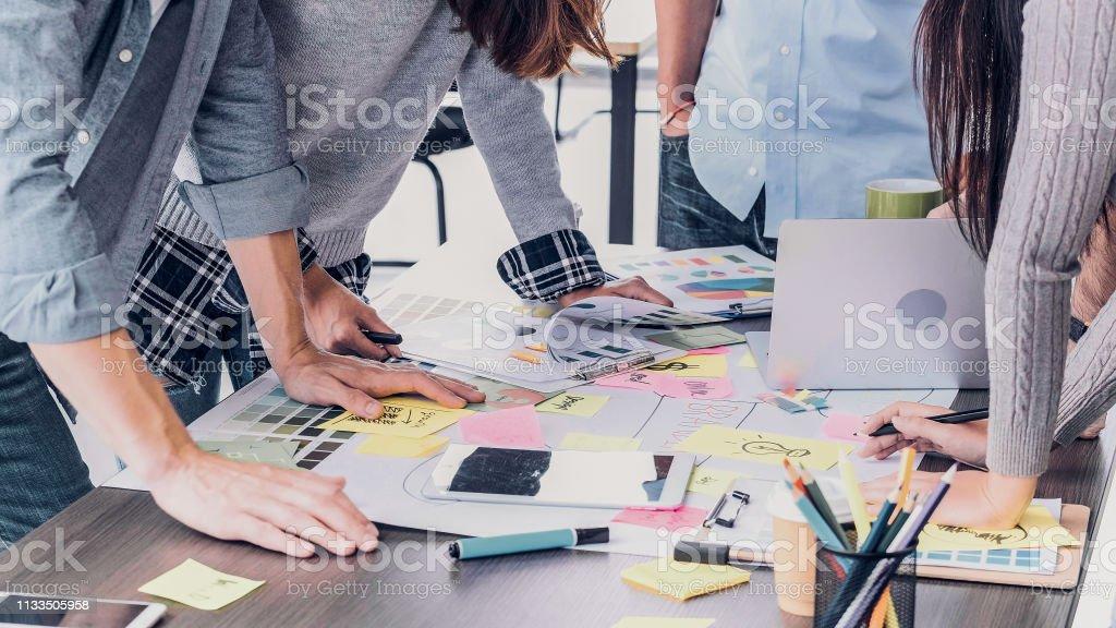 Fermez le concepteur créatif applaudir pour le succès d'emploi à la table de réunion au bureau. - Photo de Affaires libre de droits