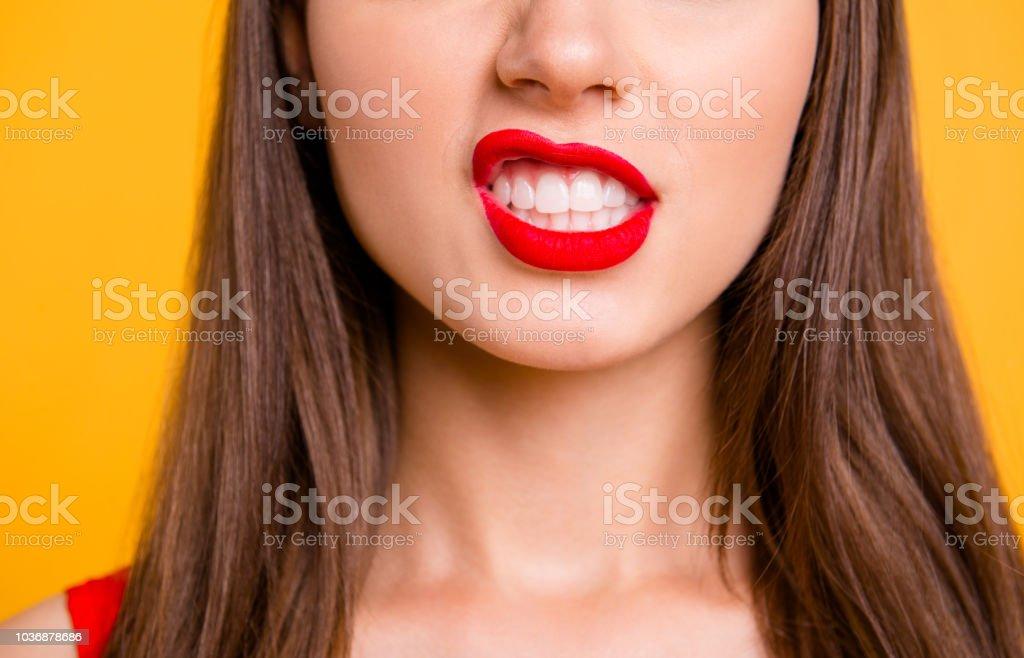 Schließen Sie beschnittenen Foto der großen natürlichen Lippen Brünette Haare auf lebhaften gelben Hintergrund isoliert - Lizenzfrei Attraktive Frau Stock-Foto