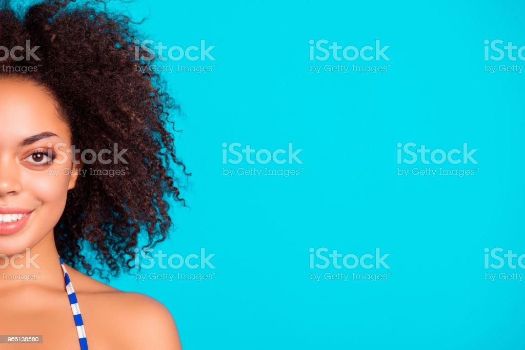 Närbild av beskurna porträtt av glada leende vackra attraktiva charmiga afro dam med lockigt hår, isolerad på ljusa blå bakgrund - Royaltyfri Afrikanskt ursprung Bildbanksbilder