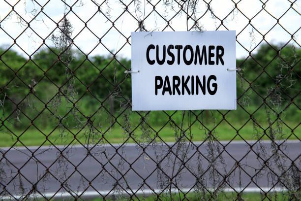 kundenparkplätze hinweisschild hautnah - maschendrahtzaun preis stock-fotos und bilder