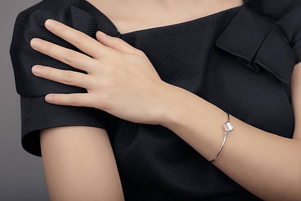 крупным планом детали браслет на руку женщины модели - браслет стоковые фото и изображения