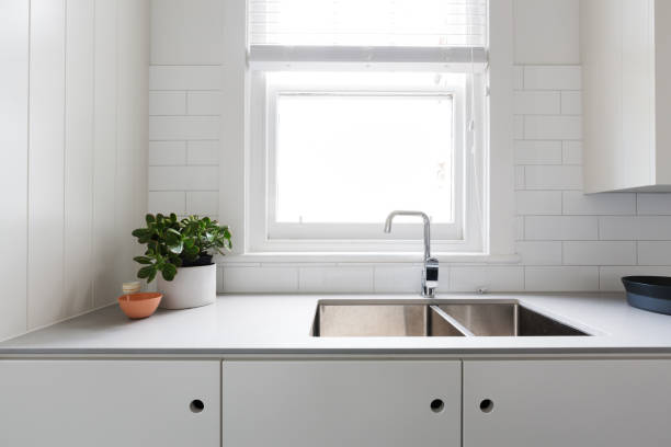 details der modernen weißen küche hautnah - laminatschränke stock-fotos und bilder