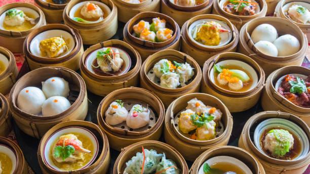 dim-sum chinesisches essen im bambuskorb hautnah - knödel kochen stock-fotos und bilder