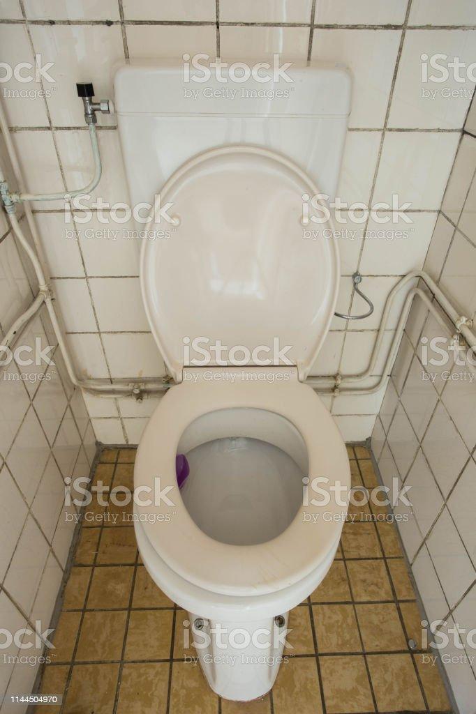 Photo libre de droit de Fermer Sale Vieux Toilette Flush ...