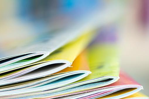 Close Up Edge Of Colorful Magazine Stacking Stok Fotoğraflar & Beyaz'nin Daha Fazla Resimleri