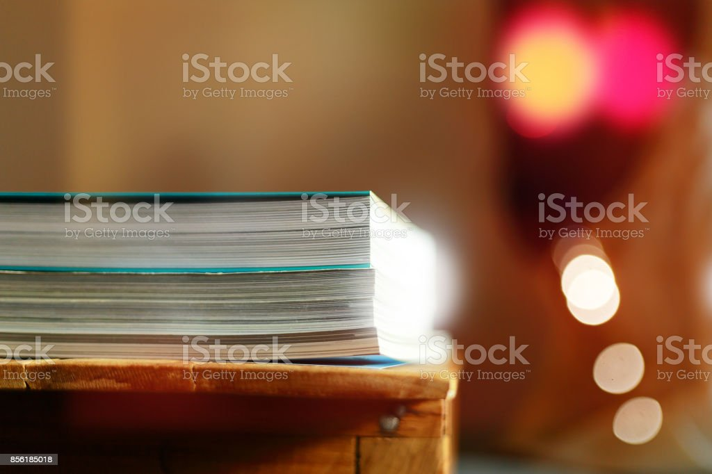 Close up edge of colorful magazine stacking - foto stock