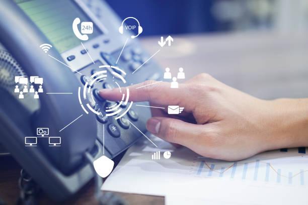 關閉員工話務中心人手點到按下按鈕號碼在電話辦公台與虛擬通信技術概念 - 順序 個照片及圖片檔