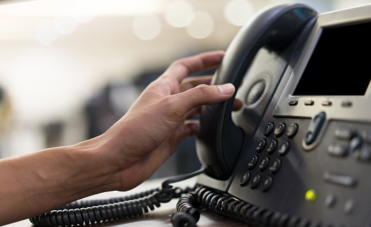 Close Up Employee Man Hand Touching Handset Of Telephone On Desk For Contact Customer Or Receiving Call Hotline Concept - Fotografie stock e altre immagini di 24-7- Segnale Inglese