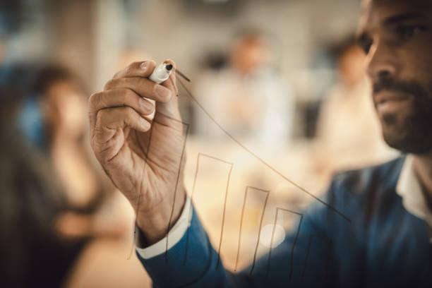 gráfico de progreso f empresario de dibujo en tablero de paño transparente de cerca. - actuación conceptos fotografías e imágenes de stock