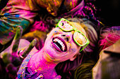 クローズアップ写真の女性顔で覆われたパウダーホリ(春祭)