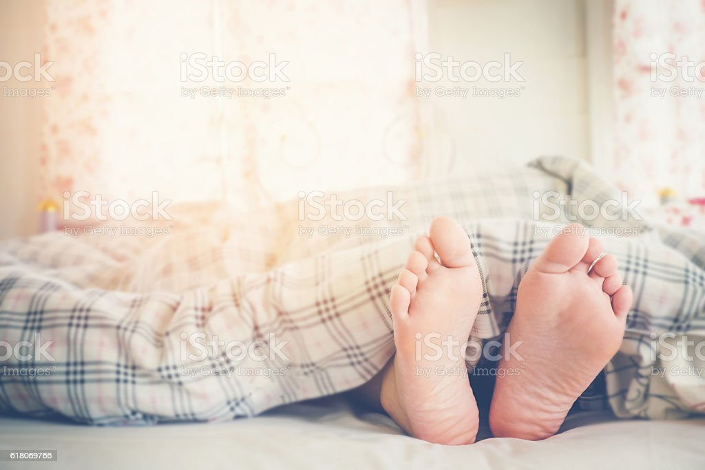 Close up feet of women sleeping  on bed in Morning – Foto
