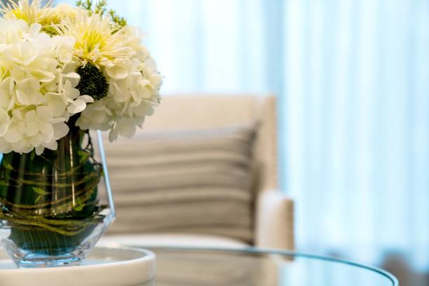 Nahaufnahme Blumenvase mit weichem Kissen auf Sessel Hintergrund Home Design Konzept – Foto