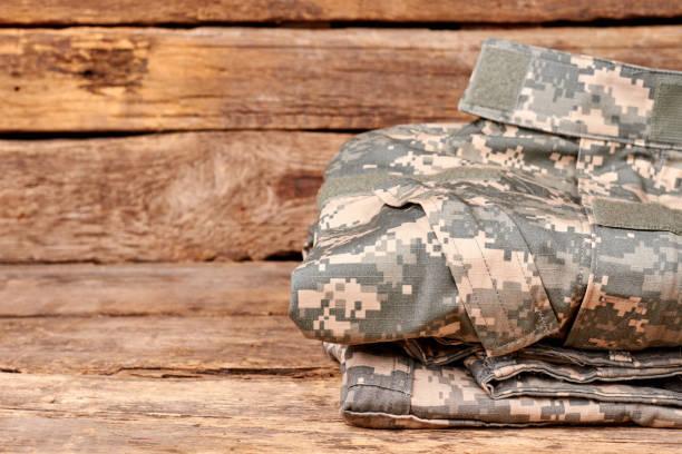 gefaltete militärische cilothes hautnah. - militäruniform stock-fotos und bilder