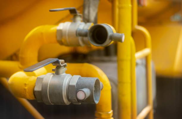 close-up voor brandweerman handen in speciale handschoenen aansluiten brand slang met watertank. - pics of the redtube stockfoto's en -beelden