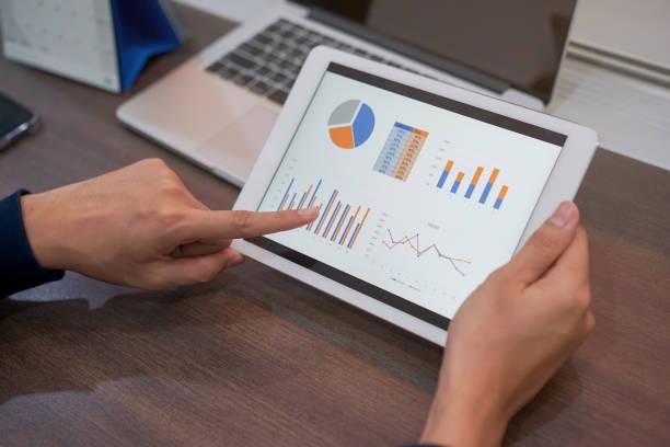 close-up freelance man hand gebruiken door te wijzen op tablet scherm dashboard samenvatting van business marketing beurs grafiek en grafiek voor selectievakje tendens van globalisering, financieel nieuws en index van handel, het bedrijfsleven en de techno - dashboard stockfoto's en -beelden