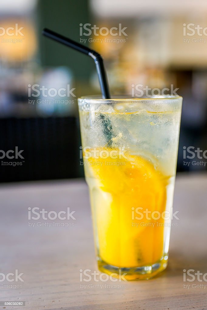 Acercamiento fresca de jugo de limón foto de stock libre de derechos