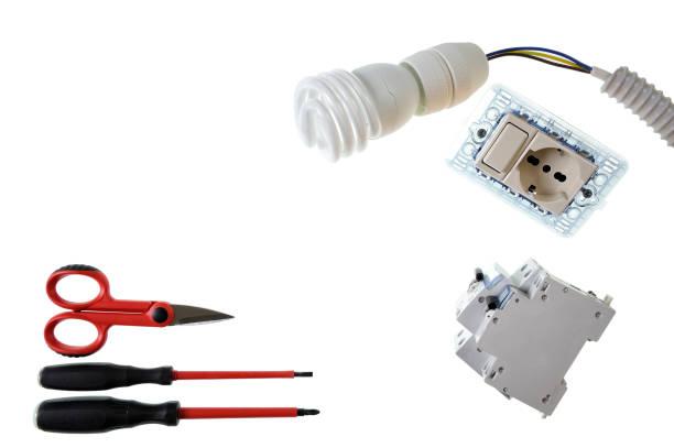nahaufnahme von oben von werkzeugen und komponenten für elektrische installationen, isoliert auf weißem hintergrund - enge kleider stock-fotos und bilder