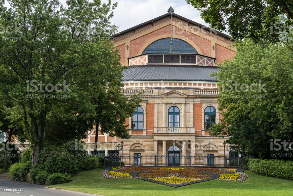 Nahaufnahme von der berühmten Bayreuth Wagner-Festspielhaus von vorne mit bunten Blumen. – Foto