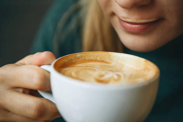Nahaufnahme Mädchen trinkt Kaffee – Foto
