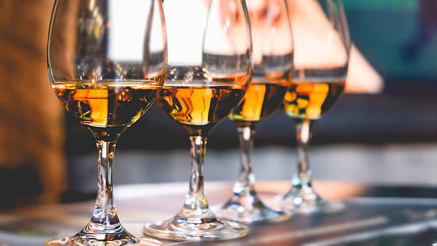 close up glass of whiskey in a row - spiritueux photos et images de collection