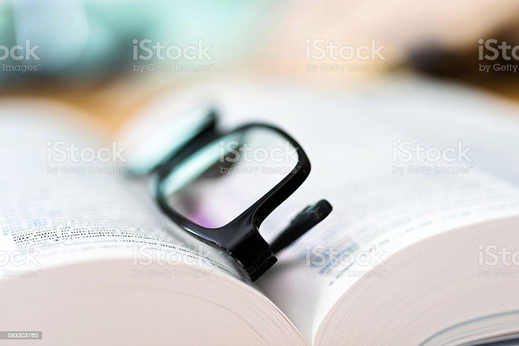 Close up glasses and open book - foto de stock