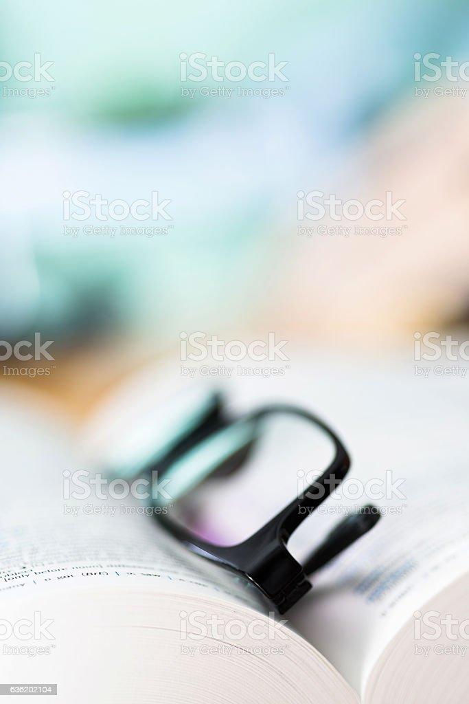 Primer plano gafas y libro abierto - foto de stock