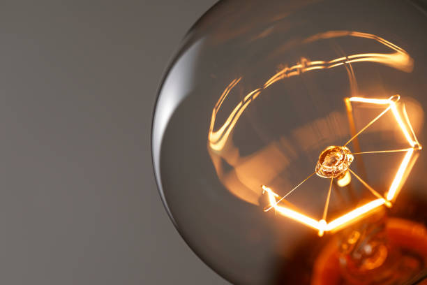 acercamiento bombilla de luz brillantes - electricity fotografías e imágenes de stock