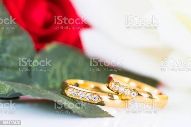 Stäng Upp Guld Ring Och Röda Rosor På Vit-foton och fler bilder på Alla hjärtans dag