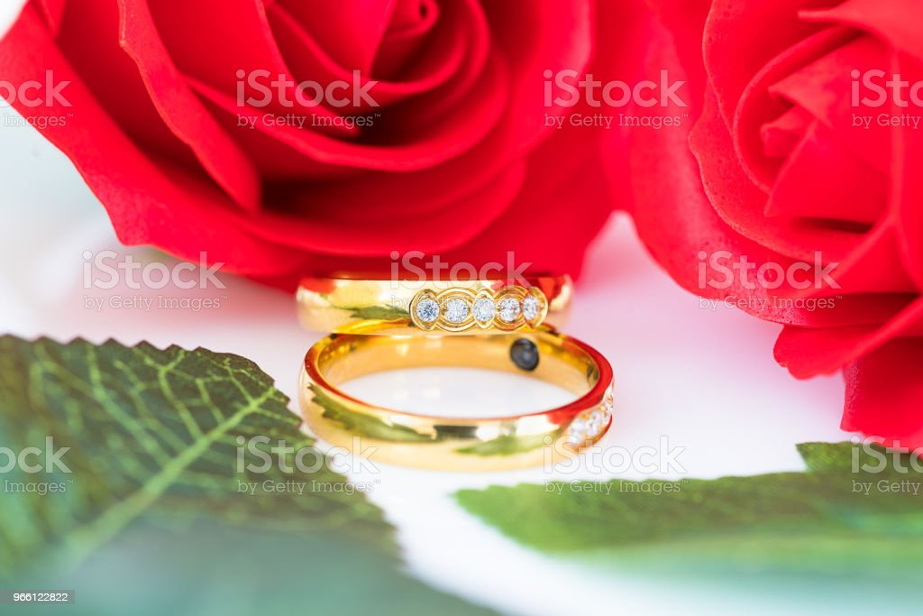Close up Gold ring and Red roses on white - Royalty-free Aniversário especial Foto de stock