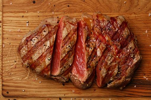 Photo libre de droit de Steak De Bœuf Grillé Sur Planche De Bois À Proximité banque d'images et plus d'images libres de droit de {top keyword}