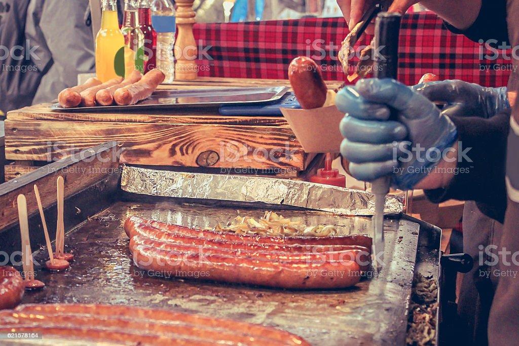 Close up grilled bratwurst on street market photo libre de droits